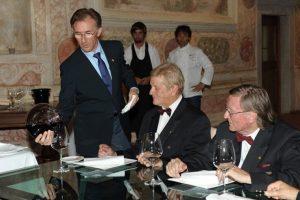 Paolo Basso pri natakanju vina